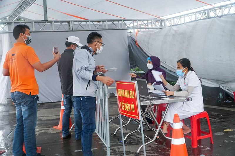 Người dân vẫn phải đội mưa để khai báo y tế khi ra vào thành phố Hà Nội - ảnh 4