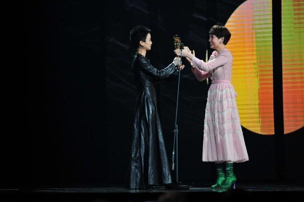 Bà xã đồng tính vội bỏ việc về chịu tang nữ ca sĩ Hồng Kông tự sát bằng cách nhảy từ tầng 20 - Ảnh 4.