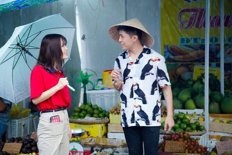 Hậu ra mắt MV mới Gin dắt tay Han Sara về Bến Tre ăn trái cây - ảnh 2