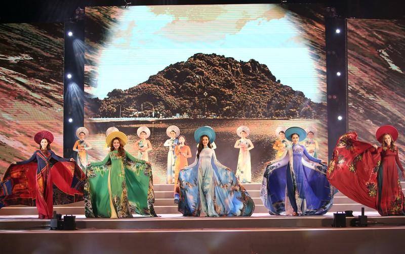 Á hậu Thúy An dịu dàng với áo dài trong đoàn diễu hành xích lô - ảnh 6