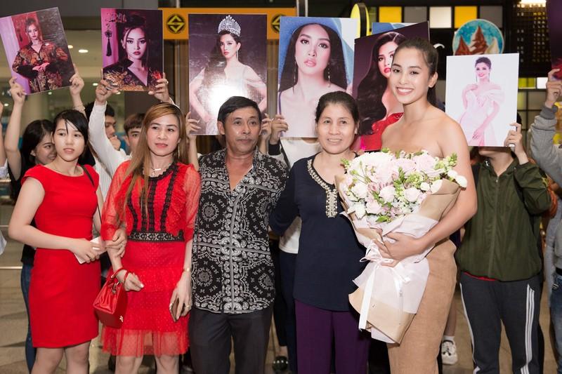 Hoa hậu Mỹ Linh, á hậu Phương Nga ra sân bay đón Tiểu Vy  - ảnh 4