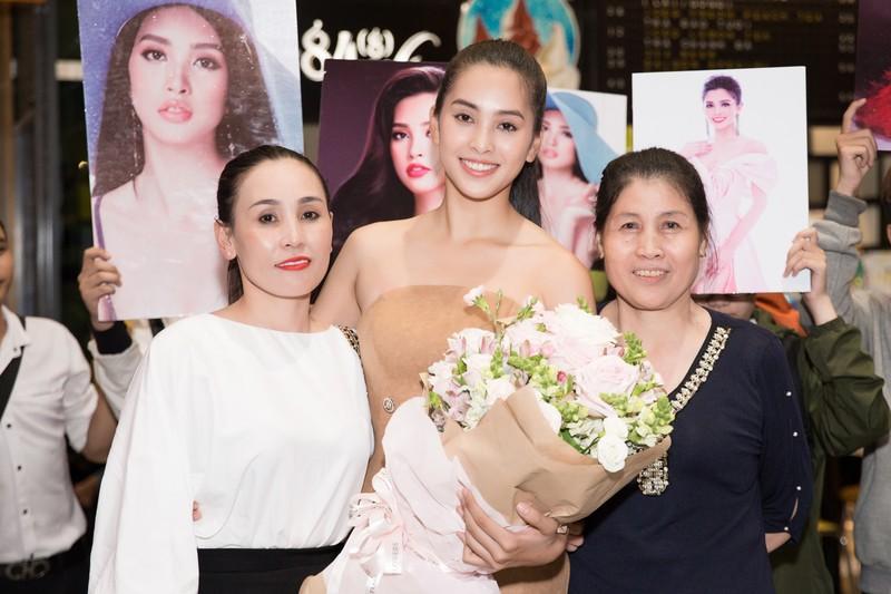 Hoa hậu Mỹ Linh, á hậu Phương Nga ra sân bay đón Tiểu Vy  - ảnh 1