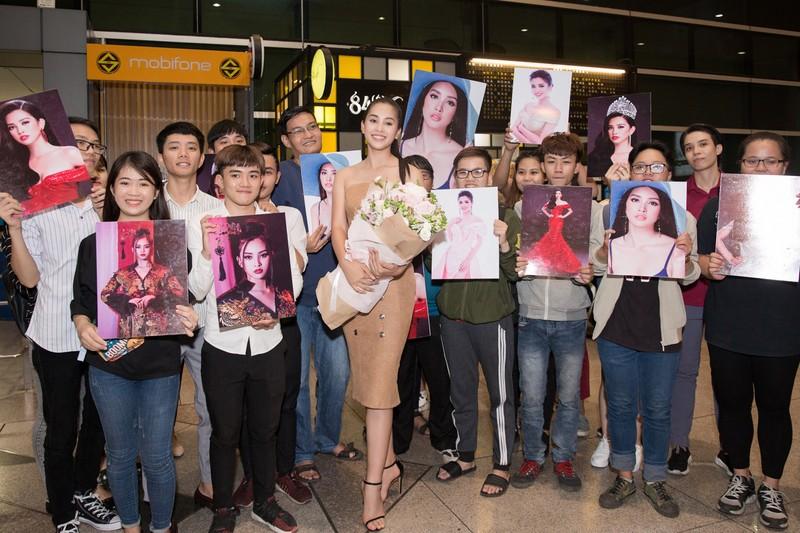 Hoa hậu Mỹ Linh, á hậu Phương Nga ra sân bay đón Tiểu Vy  - ảnh 5