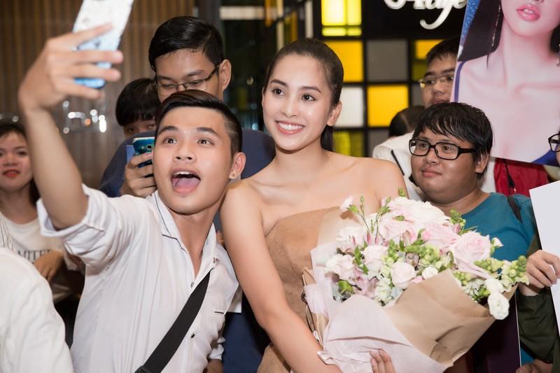 Hoa hậu Mỹ Linh, á hậu Phương Nga ra sân bay đón Tiểu Vy  - ảnh 6
