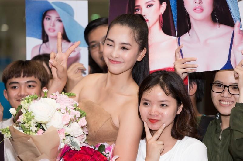 Hoa hậu Mỹ Linh, á hậu Phương Nga ra sân bay đón Tiểu Vy  - ảnh 8