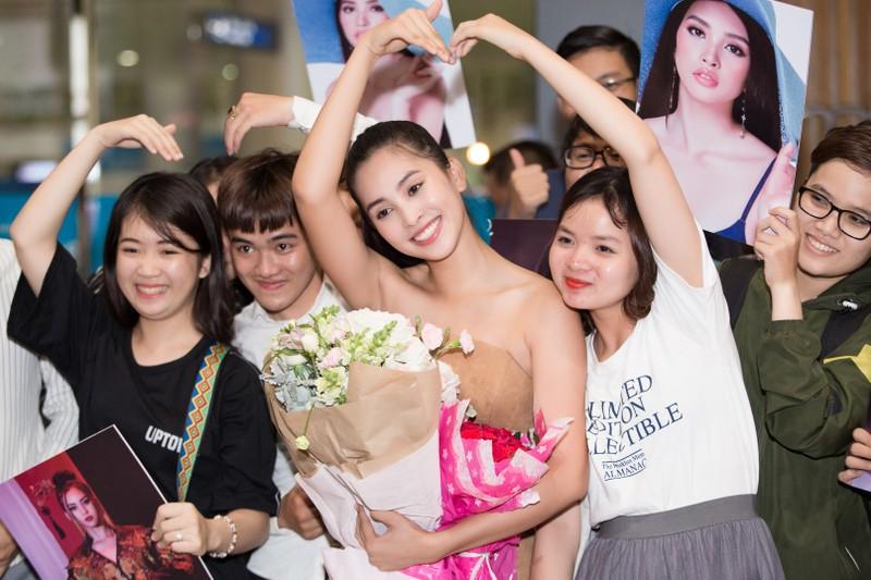 Hoa hậu Mỹ Linh, á hậu Phương Nga ra sân bay đón Tiểu Vy  - ảnh 7
