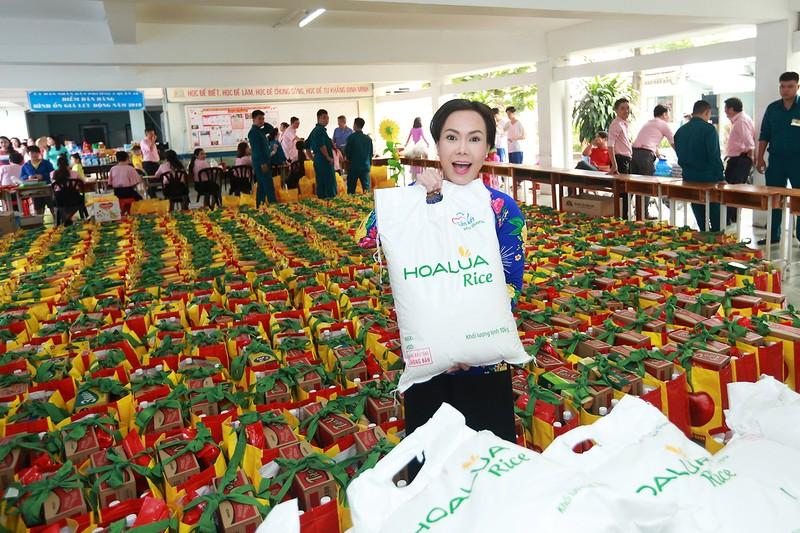 Việt Hương trao quà cho người lang thang vào nửa đêm - ảnh 1