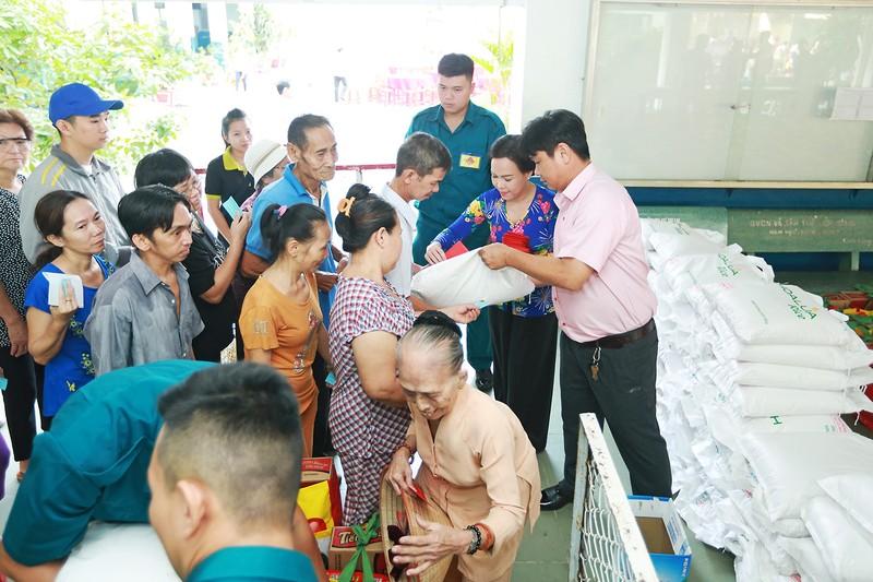 Việt Hương trao quà cho người lang thang vào nửa đêm - ảnh 2