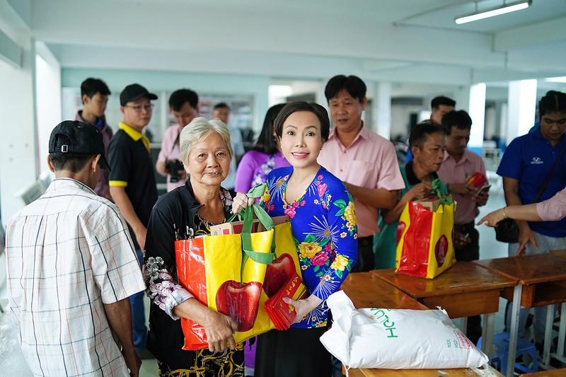 Việt Hương trao quà cho người lang thang vào nửa đêm - ảnh 4