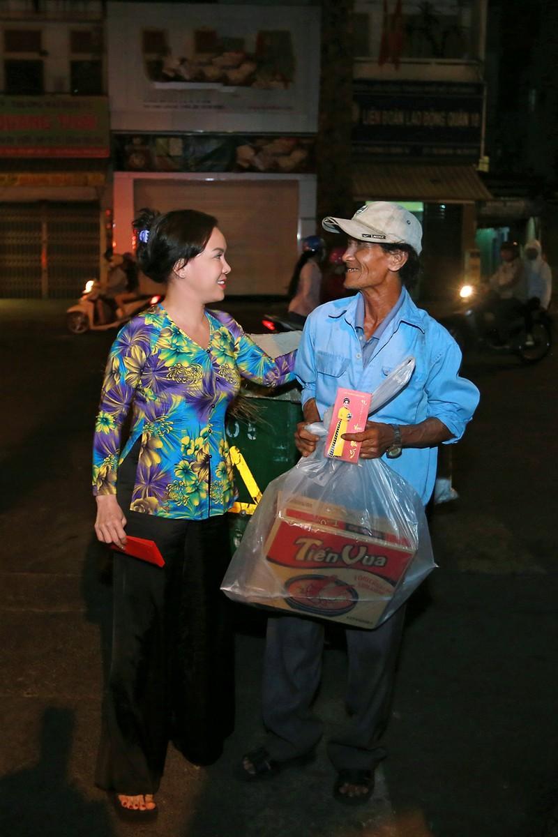 Việt Hương trao quà cho người lang thang vào nửa đêm - ảnh 7