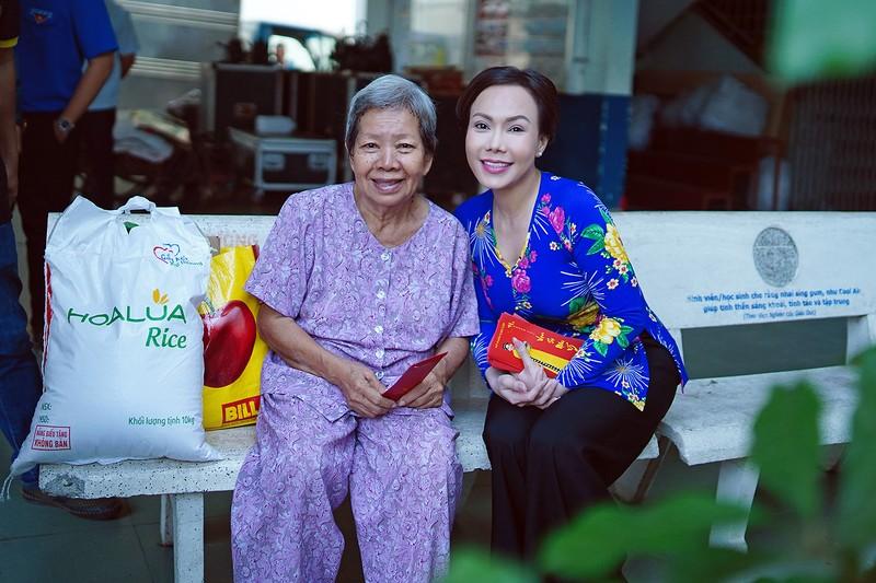 Việt Hương trao quà cho người lang thang vào nửa đêm - ảnh 6