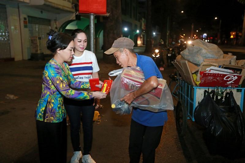 Việt Hương trao quà cho người lang thang vào nửa đêm - ảnh 3