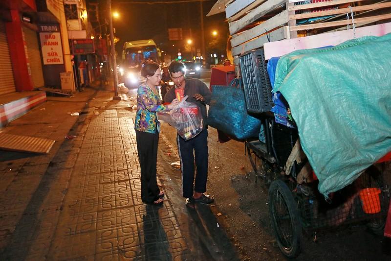 Việt Hương trao quà cho người lang thang vào nửa đêm - ảnh 8