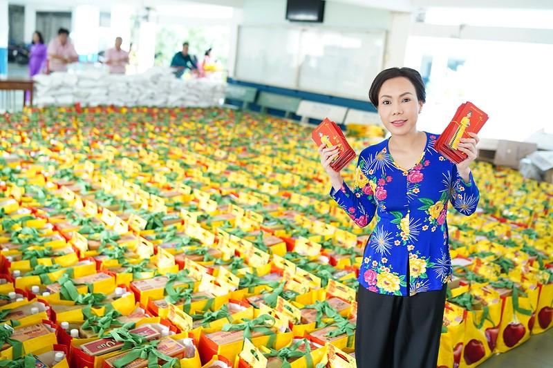 Việt Hương trao quà cho người lang thang vào nửa đêm - ảnh 5