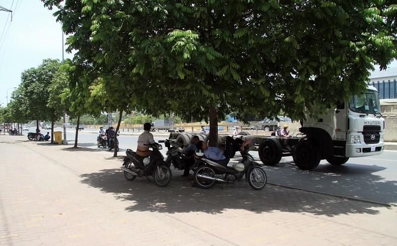 Nắng nóng, chỉ số tia tử ngoại tăng cao tại Hà Nội - ảnh 2