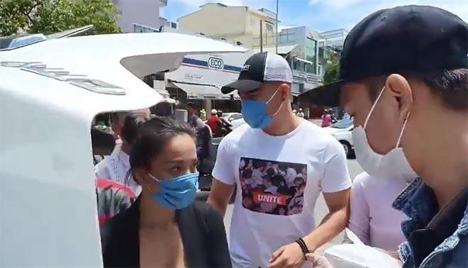 Lê Dương Bảo Lâm đi làm từ thiện bị người lạ mặt hành hung  - ảnh 1