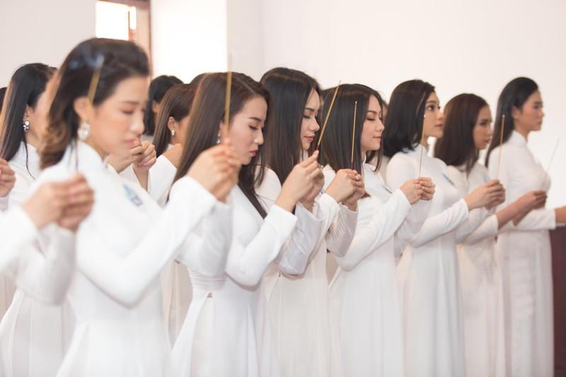 Thí sinh Miss World Việt Nam dâng hương tại Bến Nhà Rồng - ảnh 1