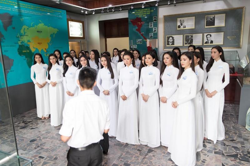 Thí sinh Miss World Việt Nam dâng hương tại Bến Nhà Rồng - ảnh 2