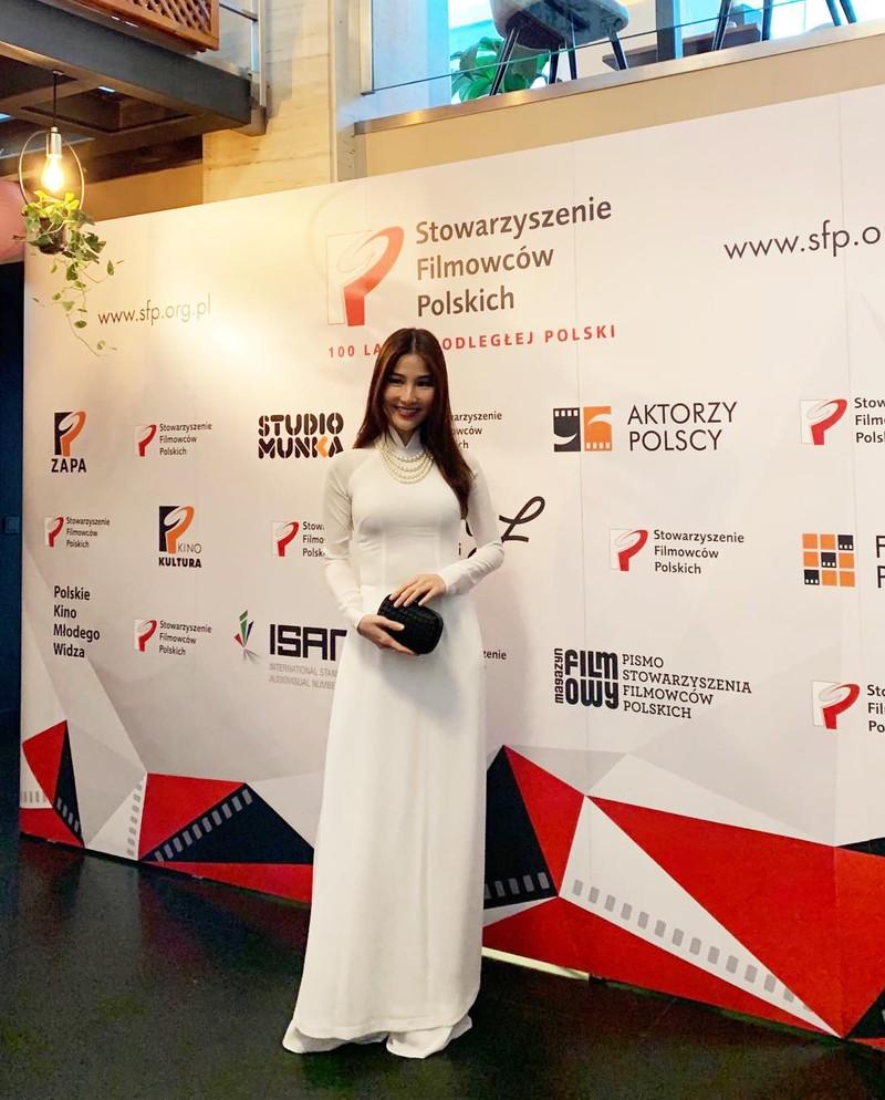 Diễm My 9X diện áo dài trắng ở Ba Lan - ảnh 3