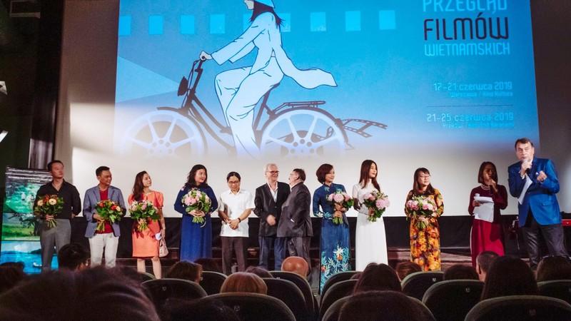 Diễm My 9X diện áo dài trắng ở Ba Lan - ảnh 4
