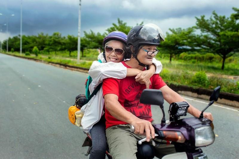 Ngưỡng mộ tình yêu của vợ chồng phượt thủ U-70 ở Sài Gòn - ảnh 4