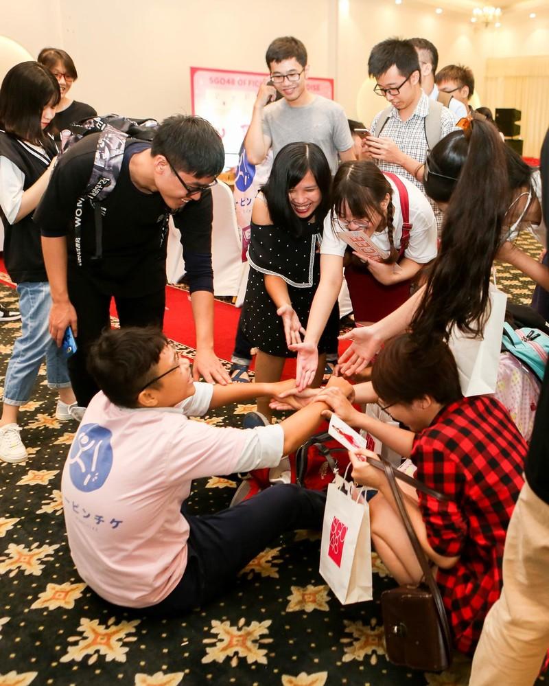 Khoảnh khắc khó quên của SGO48 tại sự kiện bắt tay ở Hà Nội   - ảnh 4
