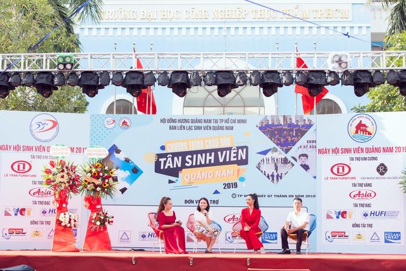 Á hậu Kiều Loan diện nguyên 'cây đỏ' hát giữa sân trường - ảnh 1