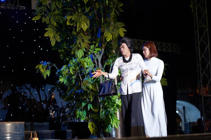 Hoài Linh giả nữ giúp Chí Tài thu hút hơn 4.000 khán giả - ảnh 2