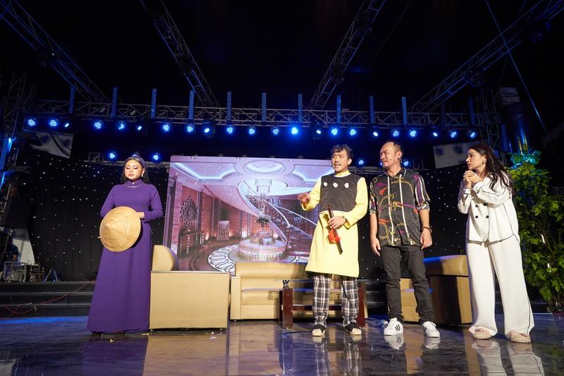 Hoài Linh giả nữ giúp Chí Tài thu hút hơn 4.000 khán giả - ảnh 3