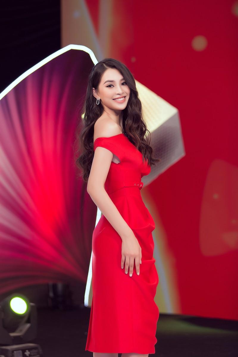 Hoa hậu Tiểu Vy thị phạm cho các siêu mẫu nhí - ảnh 1