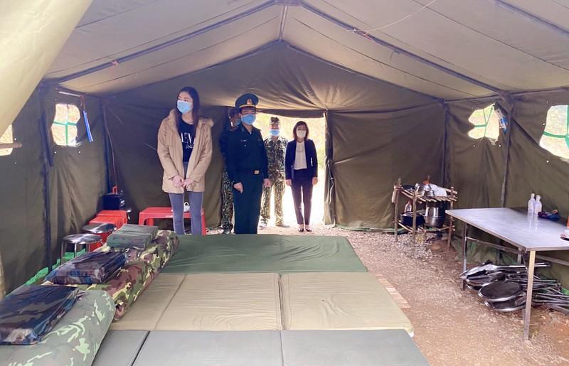 Lương Thùy Linh thăm và tặng quà chiến sĩ bộ đội biên phòng  - ảnh 2