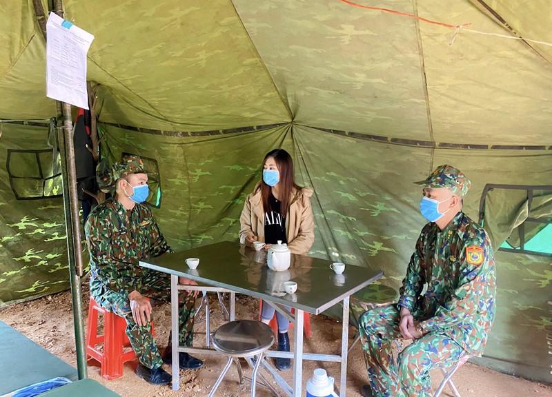Lương Thùy Linh thăm và tặng quà chiến sĩ bộ đội biên phòng  - ảnh 3