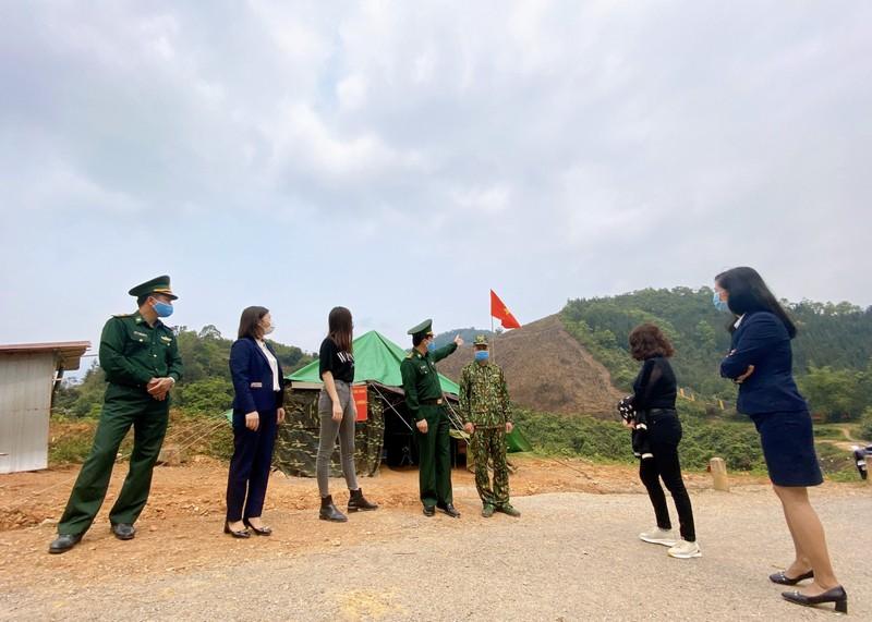 Lương Thùy Linh thăm và tặng quà chiến sĩ bộ đội biên phòng  - ảnh 4
