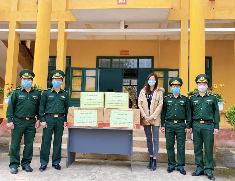 Lương Thùy Linh thăm và tặng quà chiến sĩ bộ đội biên phòng  - ảnh 1