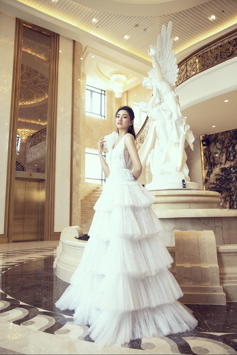 Lương Thuỳ Linh tung bộ ảnh mới hoá thân thành Cinderella - ảnh 3