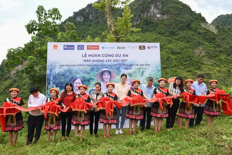 Hoa hậu Lương Thùy Linh khánh thành con đường tại Lũng Lìu - ảnh 1