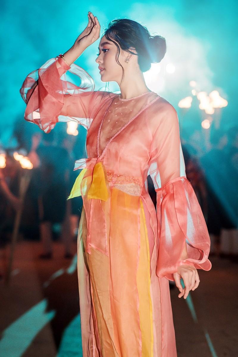 Á hậu Tường San trình diễn áo dài do mẹ thiết kế - ảnh 1