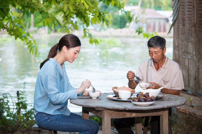 Lương Thuỳ Linh thả dáng đầy thơ mộng giữa vườn cam - ảnh 4