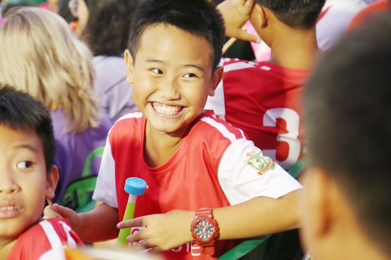Trò cưng Nguyễn Hồng Sơn đội mưa xem V-League 2020 - ảnh 2