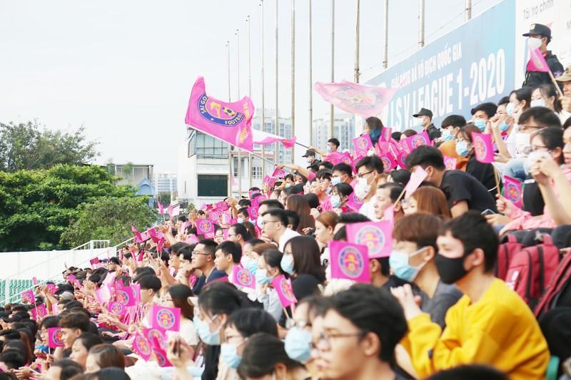 Trò cưng Nguyễn Hồng Sơn đội mưa xem V-League 2020 - ảnh 3