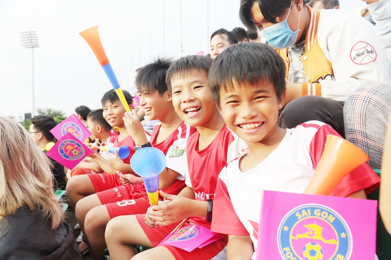 Trò cưng Nguyễn Hồng Sơn đội mưa xem V-League 2020 - ảnh 4