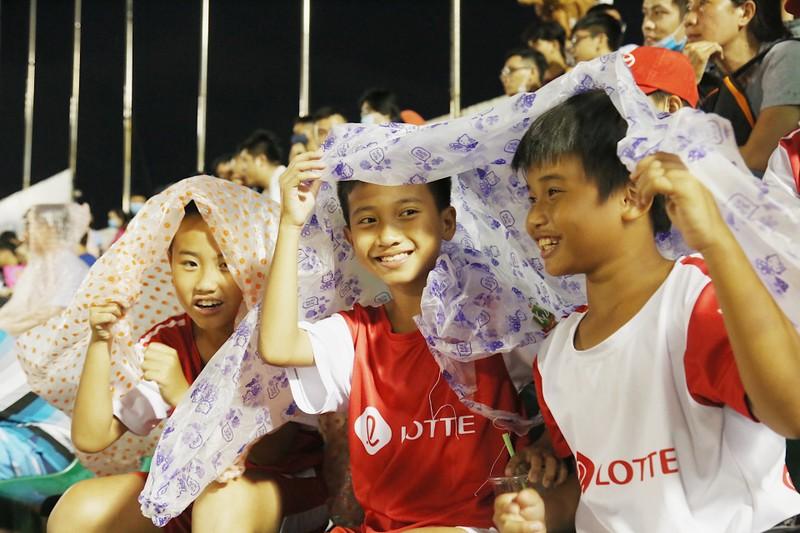 Trò cưng Nguyễn Hồng Sơn đội mưa xem V-League 2020 - ảnh 5