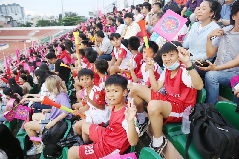 Trò cưng Nguyễn Hồng Sơn đội mưa xem V-League 2020 - ảnh 1