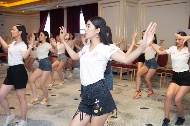 Đột nhập hậu trường tập luyện của thí sinh Hoa hậu Việt Nam  - ảnh 4