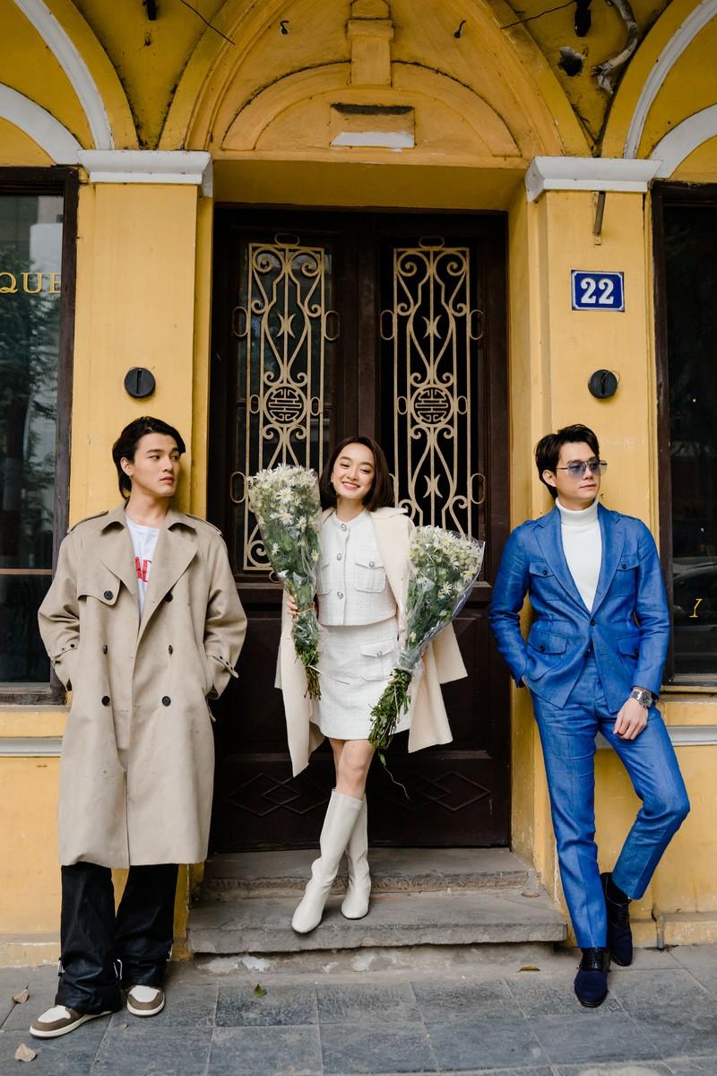 Kaity Nguyễn tận hưởng cái rét tại Hà Nội bên 2 'phi công' - ảnh 3