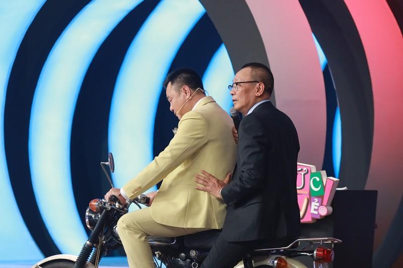 MC Lại Văn Sâm cười khoái chí khi được Tự Long chở trên xe 67 - ảnh 3