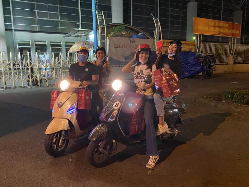 Tiểu Vy, Thúy Vi chạy xe máy giữa đêm trao quà Tết - ảnh 1
