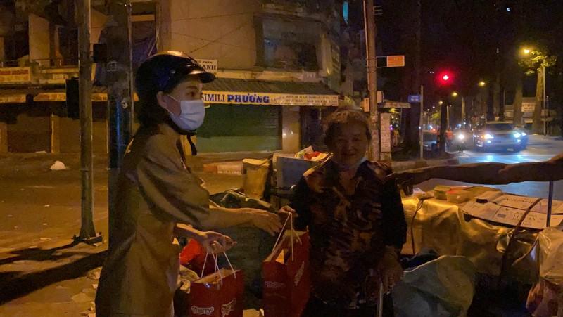 Tiểu Vy, Thúy Vi chạy xe máy giữa đêm trao quà Tết - ảnh 3