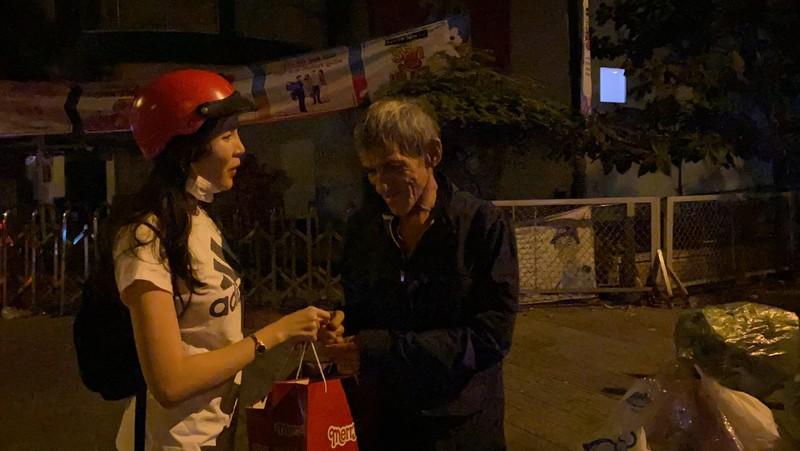 Tiểu Vy, Thúy Vi chạy xe máy giữa đêm trao quà Tết - ảnh 10