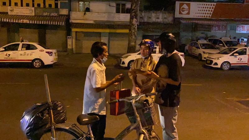 Tiểu Vy, Thúy Vi chạy xe máy giữa đêm trao quà Tết - ảnh 4